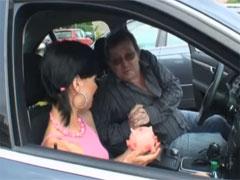Opa fickt junge Schlampe im Auto