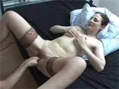 Eine Hausfrau mit der Faust gefistet