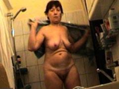 Oma heimlich beim Duschen gefilmt