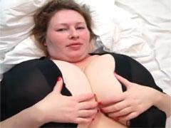 Hausfrau mit extrem grossen natur Brüsten